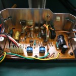 修理後、電源制御基板を電源ユニットに組込み中